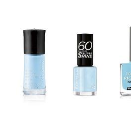 Niebieskie lakiery do paznokci na białym tle