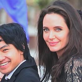 Angelina Jolie w czarnej sukience z synam w garniturze