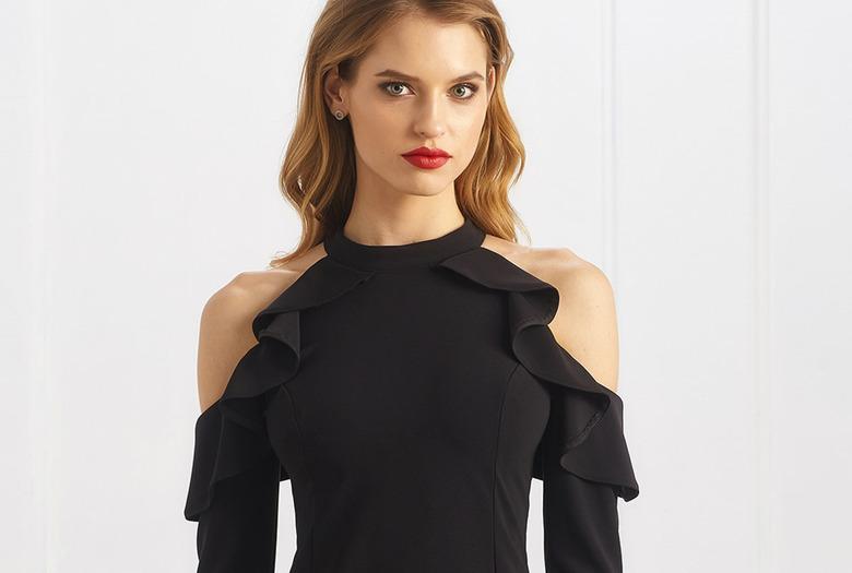 czarna sukienka z odkrytymi ramionami