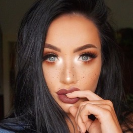 brunetka z makijażem halo eye