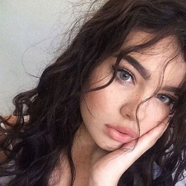 piegowata brunetka z kręconymi włosami selfie