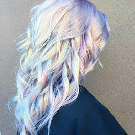 dziewczyna z holograficzną koloryzacją włosów