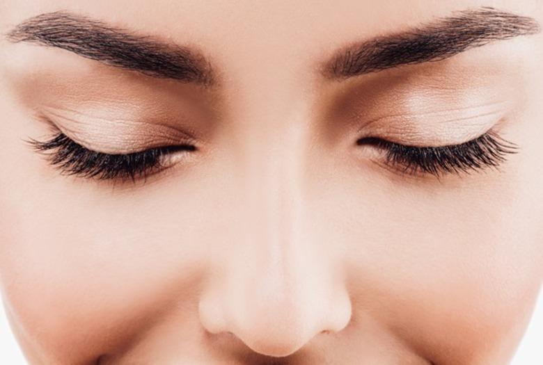 Zbliżenie na zamknięte oczy i czarne długie rzęsy