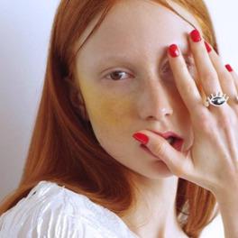 rudowłosa dziewczyna z żółtym cieniem na policzkach
