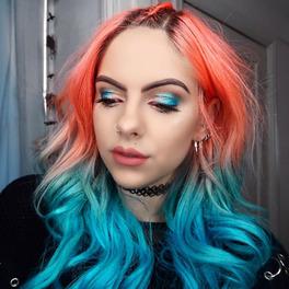 Pomarańczowo-niebieskie ombre na włosach z pomarańczowo-niebieskim makijażem oczu