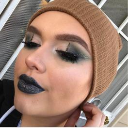 Granatowo beżowy makijaż oczu z pionową kreską na powiece