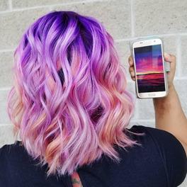 Dziewczyna w falowanych, krótkich włosach z włosami w kolorze zachodzącego słońca