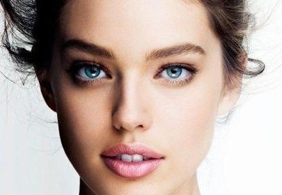 Młoda kobieta z pięknie rozświetloną twarzą