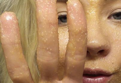 dziewczyna z peelingiem na twarzy