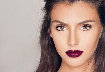 dziewczyna z śliwkowym makijażem ust