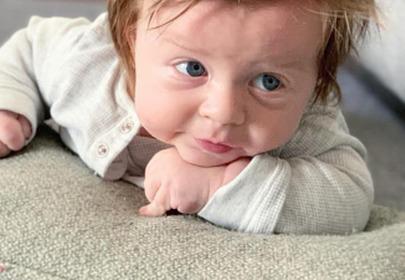 gęste włosy niemowlaka
