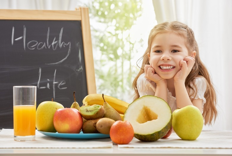 Dziewczynka wśród owoców