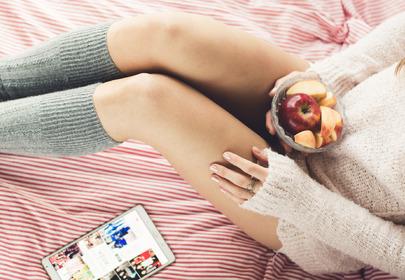kobieta w łóżku jesień