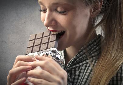 kobieta z czekoladą