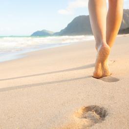 Morze i plaża ze śladami stóp w piasku