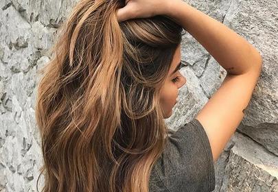 dziewczyna z długimi włosami