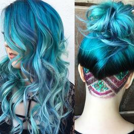 dziewczyna z ozdobnym trymowaniem na karku i niebieskimi włosami