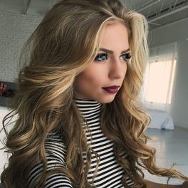 Dziewczyna z mocno natapirowanymi włosami
