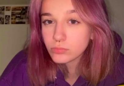 Fabienne Wiśniewska w różowych włosach