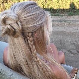 blondynka z półkoczkiem half bun