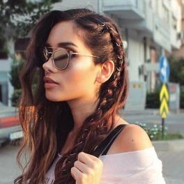 dziewczyna z kolczykami we włosach