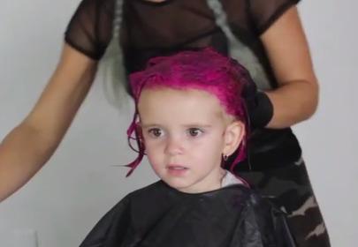 dwulatka z różowym barwnikiem na włosach