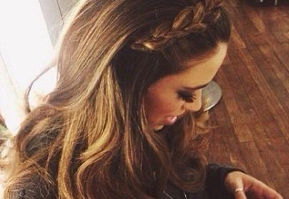 Dziewczyna z długimi brązowymi włosami używa telefonu