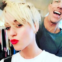 Katy Perry w czerwonych ustach i krótkich blond włosach
