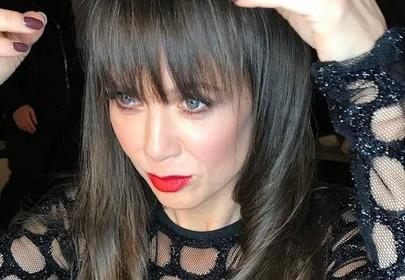Kinga Rusin z grzywką brunetka poprawia lśniące włosy