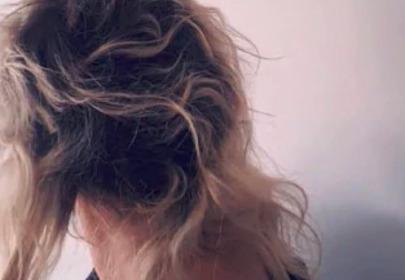 Kobieta otrzymała odszkodowanie od fryzjera, który zniszczył jej włosy