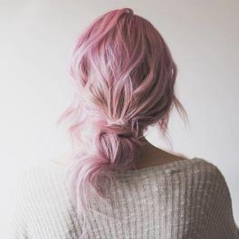 różowe włosy koczek ośmiornicy fryzura modna na lato prosta