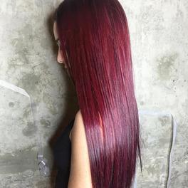 dziewczyna z długimi prostymi włosami w odcieniu cherry red