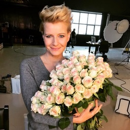 Małgorzata Kożuchowska trzyma bukiet kwiatów