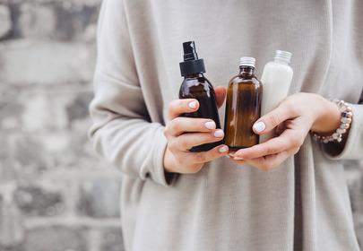 Nafta kosmetyczna - jak stosować na włosy i twarz?