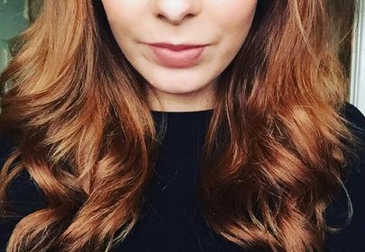 dziewczyna z lśniącymi włosami