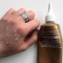 próbka peelingu pokazana na ręce oraz koemtyk do włosów