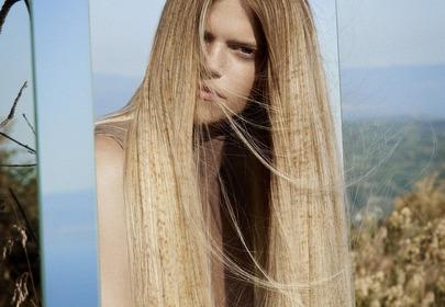 Modna koloryzacja z piegami na włosach