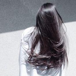 brunetka z lśniącymi długimi włosami