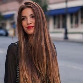 dziewczyna z długimi włosami szatynka