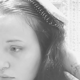 Czarno-białe zdjęcie kobiety, która czesze włosy