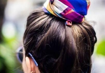 Brązowe włosy związane w koka gumką w różowo-niebieskie wzory