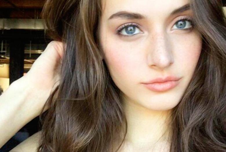dziewczyna z bujnymi włosami