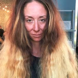 kobieta ze zniszczonymi długimi włosami