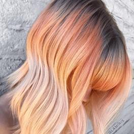 Włosy w kolorze smoked peach