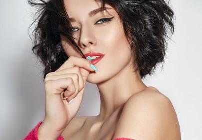 Jak nadać włosom objętość? Pomoże trik z TikToka ze spinką do włosów