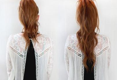 Dziewczyna pozuje do zdjęcia tyłem, pokazując efekt wiązania podwójnego kucyka na rudych włosach