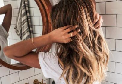 dziewczyna z pięknymi włosami przed lustrem