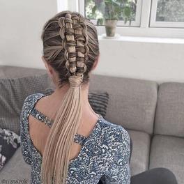 Wiklinowy warkocz na blond włosach z pasemkami