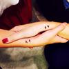 Mały tatuaż na dłoni