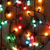 Świąteczne dekorowanie choinki i mieszkania